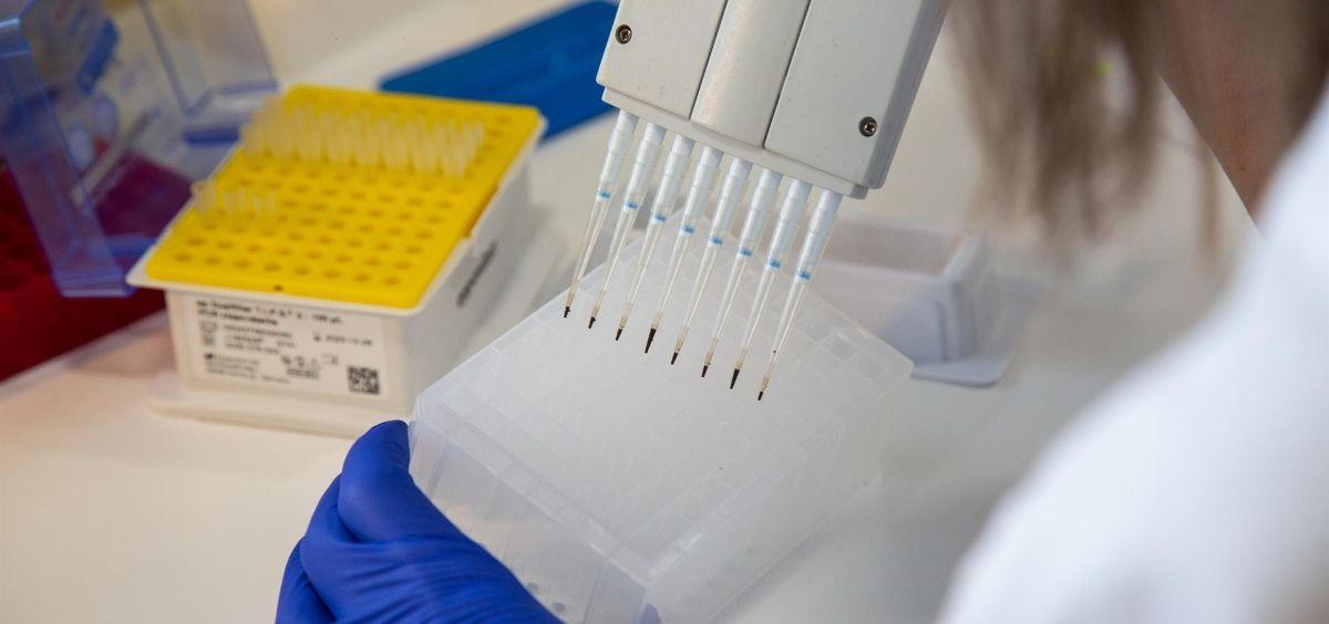 Una investigadora realiza la secuenciación de muestras de coronavirus para tratar de localizar nuevas variantes del virus. (Foto. Javier Pulpo-EP)