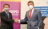El presidente de la Sociedad Española de Patología Digestiva (SEPD), Dr. Javier Crespo, y el director general de Janssen España, D. Luis Díaz Rubio (Foto. SEPD)