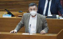El diputado del Grupo Parlamentario Socialista, el doctor Manuel Pineda, interviene en las Cortes Valencianas (Foto: PSPV-PSOE)
