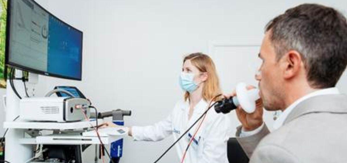 Sanitario y paciente Covid 19 (Foto. Ascires)