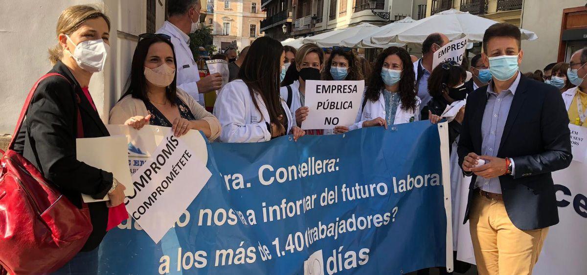Trabajadores de Torrevieja, Alzira y SRCV se concentran contra la creación de una Empresa Pública de Sanidad