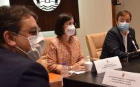 Carolina Darias, ministra de Sanidad, entre José María Vergeles y Guillermo Fernández Vara en Extremadura (Foto: @sanidadgob)