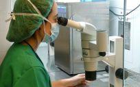 Profesional sanitaria trabajando en un laboratorio de reproducción asistida. (Foto. QuironSalud)