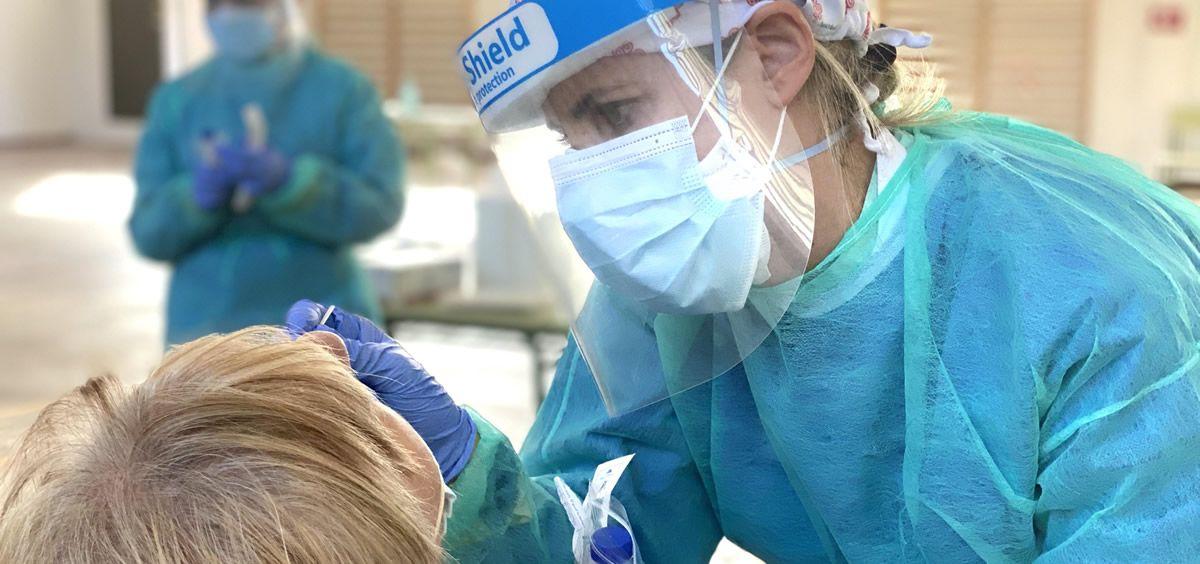 Sanitaria realizando una PCR (Foto. ConSalud)
