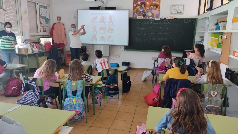 Ribera Almendralejo enseña a los niños cómo limpiarse las manos