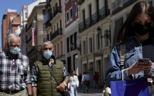 Madrid no ve oportuno prescindir en este momento del uso de la mascarilla