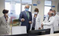 El consejero de Sanidad en funciones, Enrique Ruiz Escudero, visita la nueva unidad en el hospital 12 de Octubre (Foto: CAM)