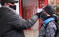 Un trabajador toma la temperatura a un alumno antes de entrar a un colegio. (Foto. Eduardo Parra   Europa Press)