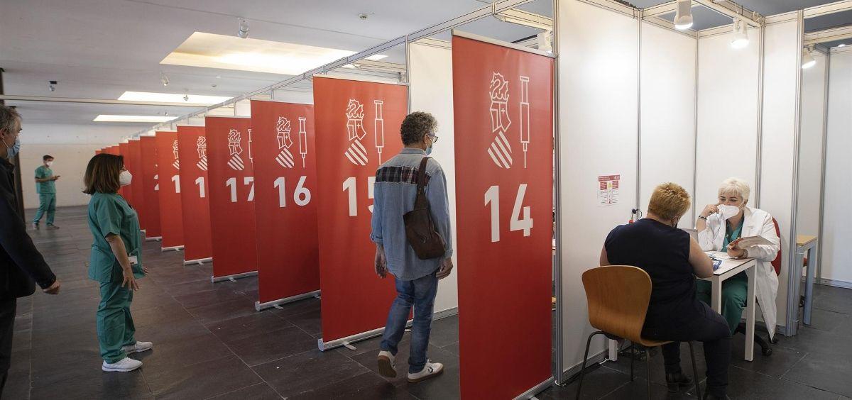 Varias personas esperan para ser vacunadas en el primer día de la vacunación masiva en la Comunitat Valenciana (Foto. Carme Ripollés   Europa Press)
