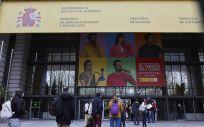 Varias personas hacen cola en el exterior del Ministerio de Sanidad para acceder al centro de examen de las pruebas de formación sanitaria especializada (FSE), a 27 de marzo de 2021 (Foto: Jesús Hellín - Europa Press)