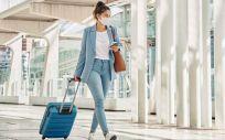 Una mujer joven en un aeropuerto (Foto: Freepik)