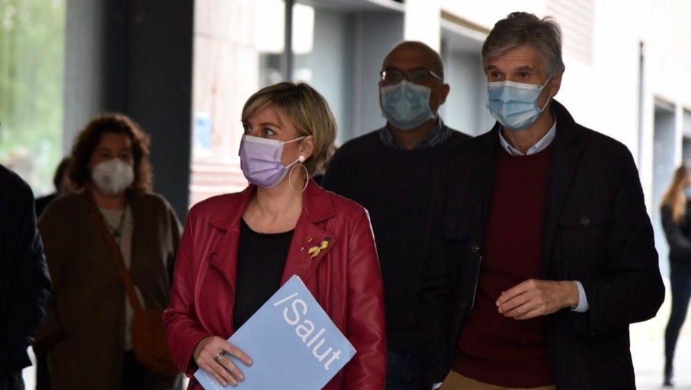 Alba Vergés (c), ex consejera de Salud de Cataluña, acompañada de Josep Maria Argimon (d), nuevo consejero (Foto: David Oller - EP)