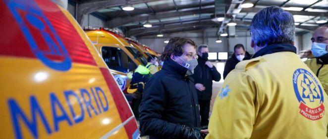 El alcalde de Madrid, José Luis Martínez Almeida, visita la Base 0 de Samur-PC (Foto: @AlmeidaPP_)