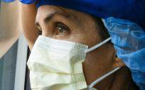 Foto recurso de doctora mirando por la ventana. Coronavirus. Covid 19. (Foto. JUANMONINO)