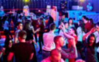 Gente bailando en una discoteca (Foto. Freepik)