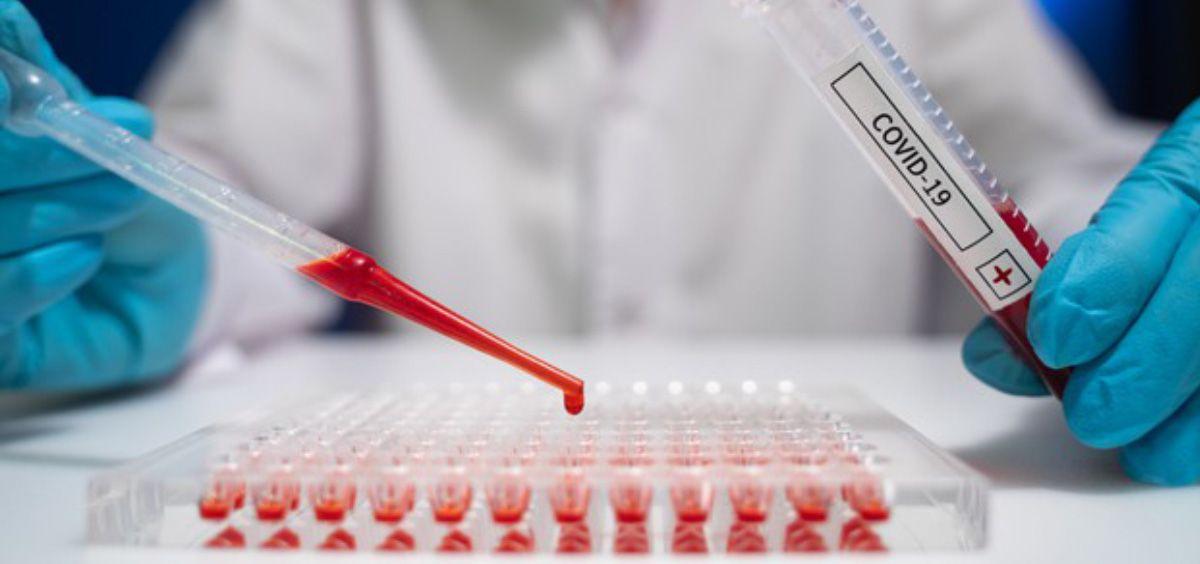 Científico analizando muestras de sangre (Foto. Freepik)