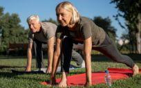 Pareja de jubilados practicando ejercicio al aire libre (Foto. Freepik)