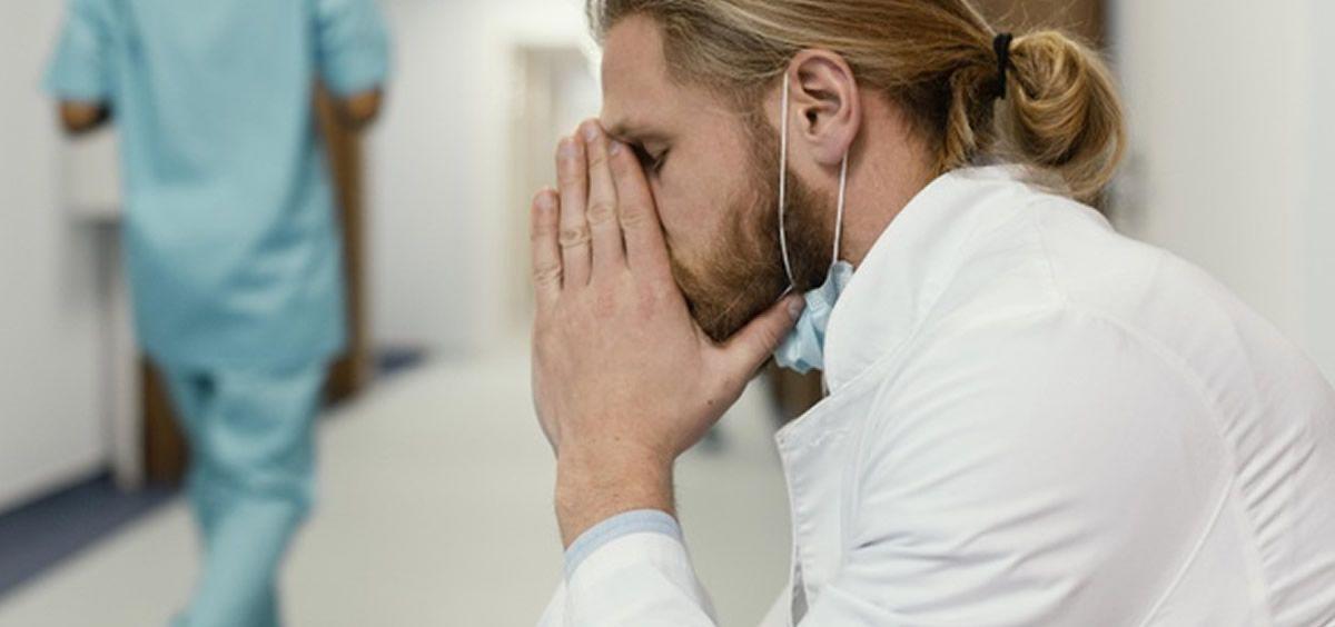 Sanitario cansado en periodo de pandemia (Foto.freepik)