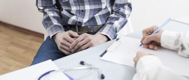 Un paciente en consulta aguarda el diagnóstico del médico (Foto. freepik)
