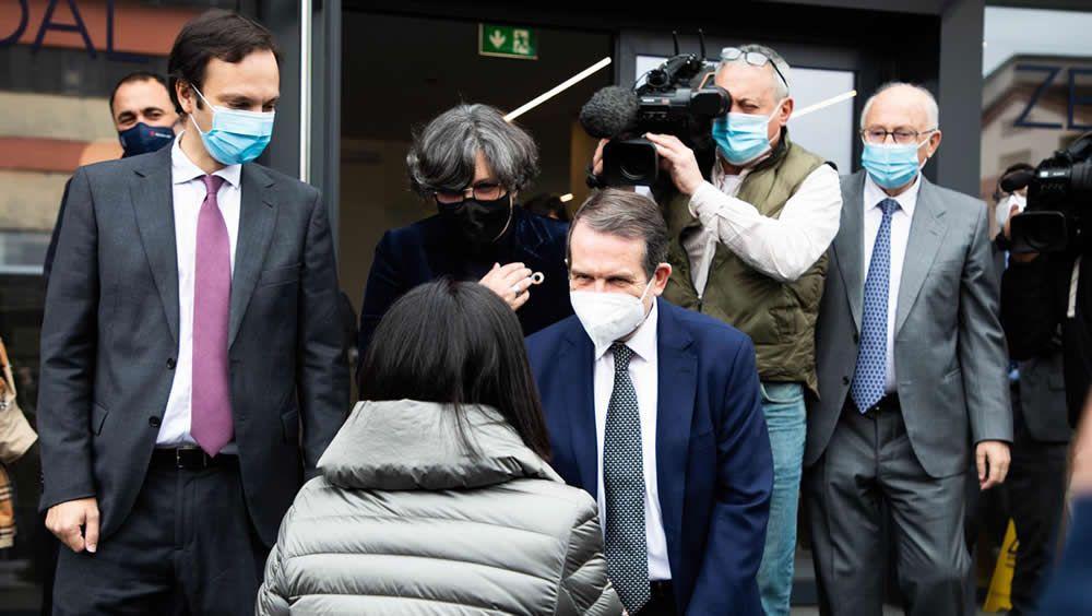 La ministra de Sanidad, Carolina Darias, saluda al alcalde de Vigo y presidente de la FEMP, Abel Caballero (Foto. EP)