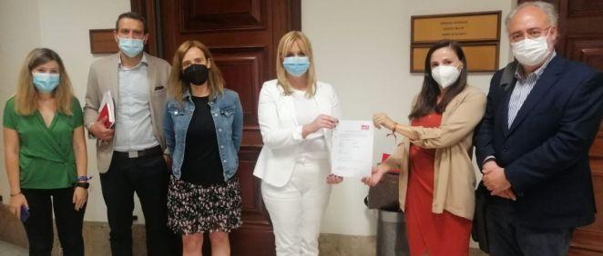 Diputados del PSOE registrando la PNL en el Congreso (Foto: GPS)