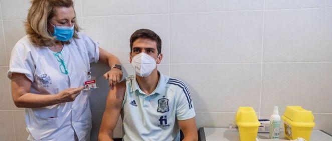 Gerard Moreno, jugador de la selección española de fútbol, recibe la vacuna contra la Covid 19 (Foto RFEF)