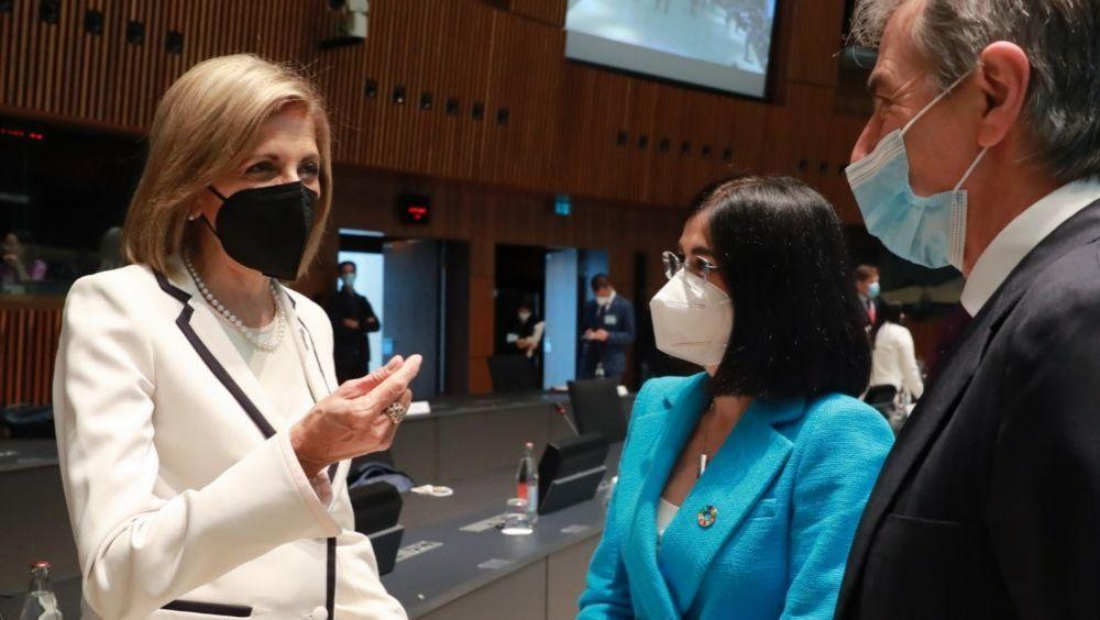 Carolina Darias, ministra de Sanidad, saluda a la comisaria de Salud de la UE, Stella Kyriakides (Foto: @sanidadgob)