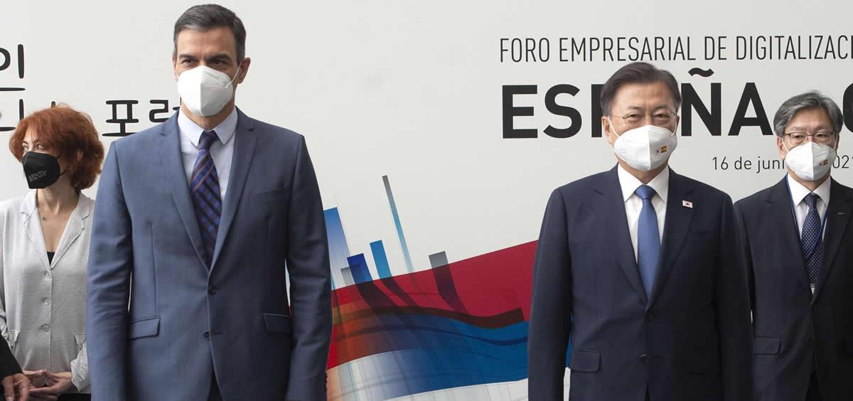 El presidente del Gobierno, Pedro Sánchez, y el presidente de Corea del Sur, Moon Jae In. (Foto: Europa Press)
