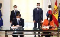 Los presidentes del Gobierno de España y Corea, Pedro Sánchez y Moon Jae-in, mientras los ministros de Sanidad firman el acuerdo (Foto: Pool Moncloa)