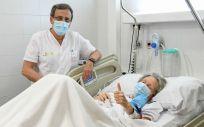 La paciente posa junto al Dr. Ramos tras la plasmafédesis en el Hospital de Denia. (Foto. H. Denia)