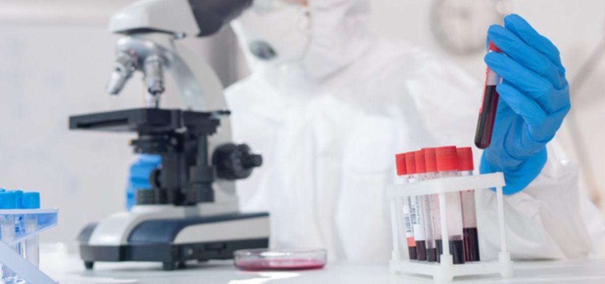 Científico analizando muestras de sangre en un microscopio (Foto. Freepik)
