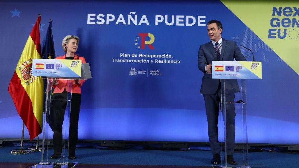 La presidenta de la Comisión Europea, Ursula von der Leyen, junto al presidente del Gobierno, Pedro Sánchez (Foto: Pool Moncloa / Fernando Calvo)