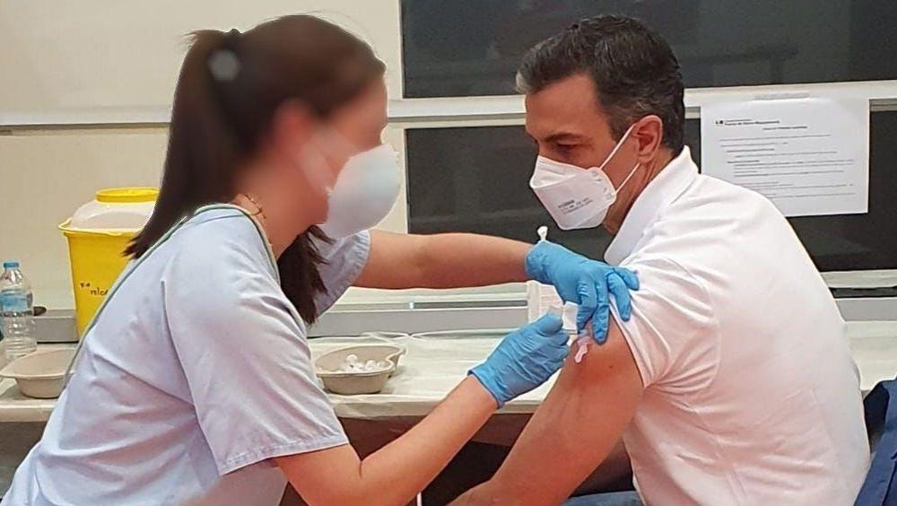El presidente del Gobierno, Pedro Sánchez, siendo vacunado frente al Covid-19 (Foto: @sanchezcastejon)