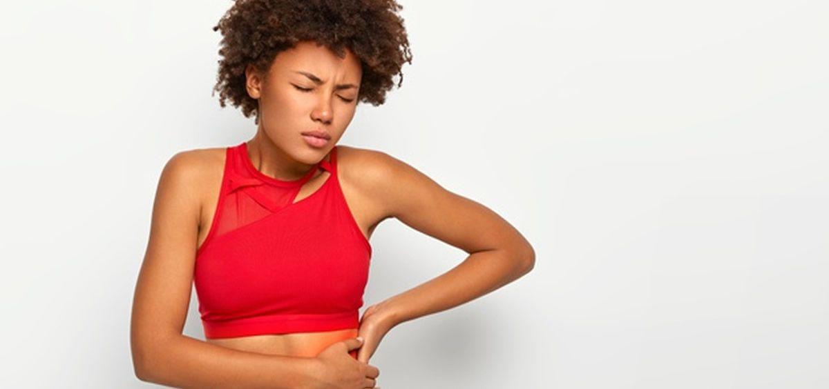 Una mujer sufre dolores por una inflamación del riñón (Foto. Freepik)