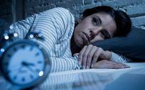Una mujer despierta por la noche, el 23% de los españoles no duermen bien (Foto. Quironsalud)