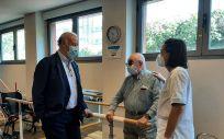 Vicente del Bosque visita la residencia de mayores Sanitas El Viso