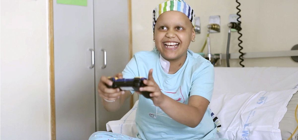 Un niño enfermo de cáncer juega a un videojuego (Foto: Fundación Juegaterapia)