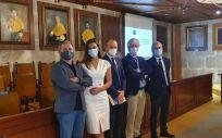La Dra. Cid, junto con el tribunal, tras la defensa de su tesis. (Foto Relaciones Públicas de Galicia)