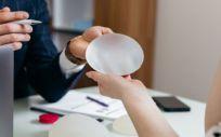 Cirujano informando a una paciente sobre prótesis mamarias (Foto. Freepik)