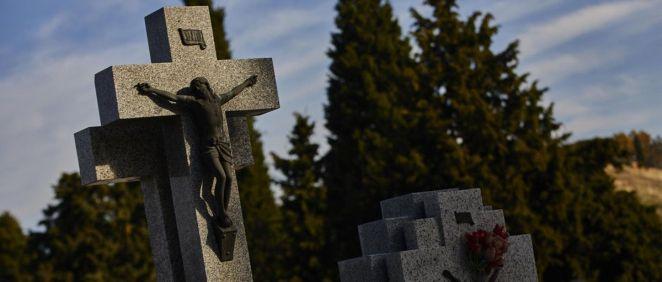 Imagen de una lápida del cementerio de la Almudena, Madrid (Foto. Jesús Hellín EP)