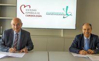 A la izq el Dr. Ángel Cequier, presidente de la SEC, y a la drcha el Prof. Enrique J. Gómez Aguilera, presidente de la SEIB, durante la firma del convenio (Foto: SEC)