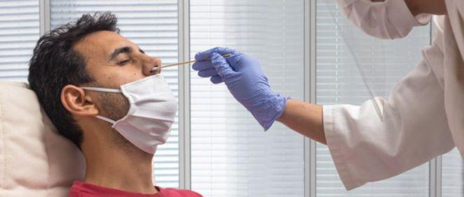 Profesional sanitario realizando una PCR a un joven (Foto. Freepik)