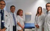 Los doctores Guillermo Martínez Díaz Guerra, Federico Hawkins, María Calatayud y Soledad Librizzi, y David Lora, de Estadística, los investigadores principales. (Foto Hospital 12 de Octubre)