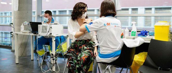 La presidenta Isabel Díaz Ayuso recibe la vacuna contra el coronavirus. (Foto. Twitter. @IdiazAyuso)