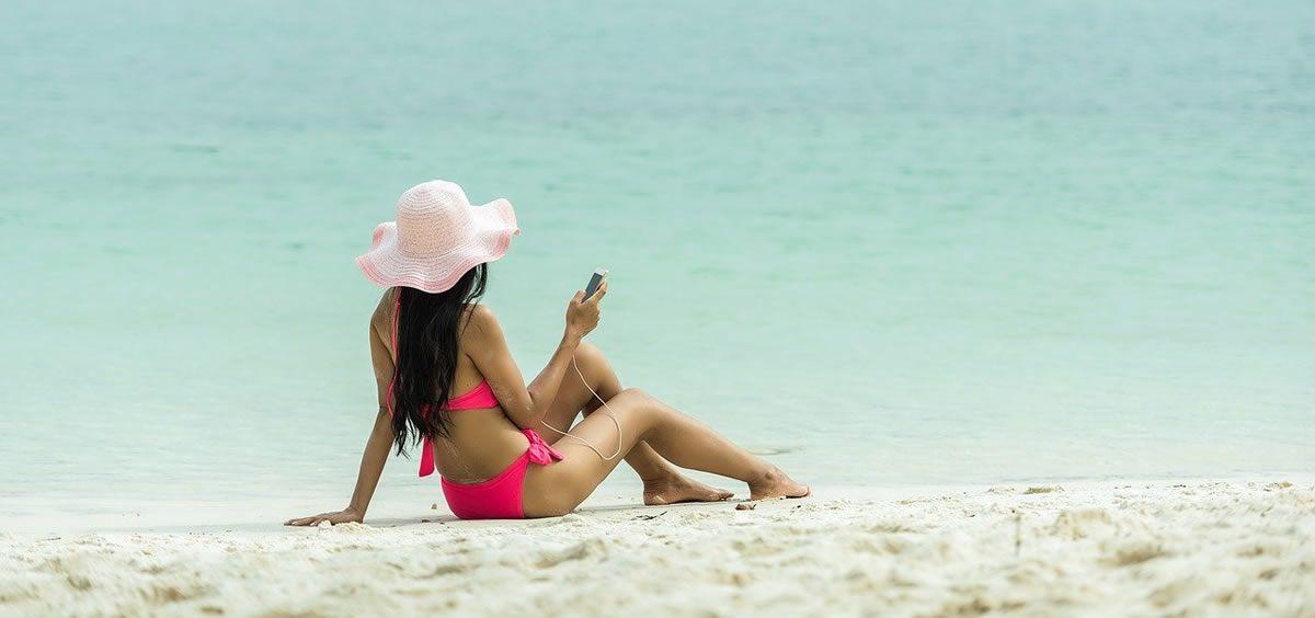 Adolescente en la playa (Foto: Pixabay)
