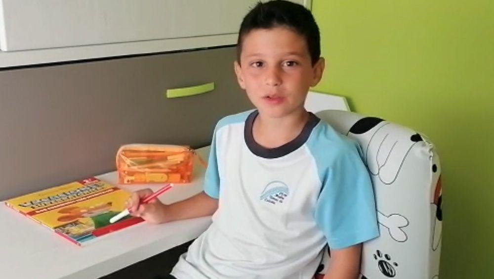 Un niño agradece la labor de los médicos del Hospital de Fuenlabrada