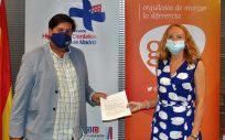 Helen Tomlinson y César Calvo en la renovación del acuerdo.