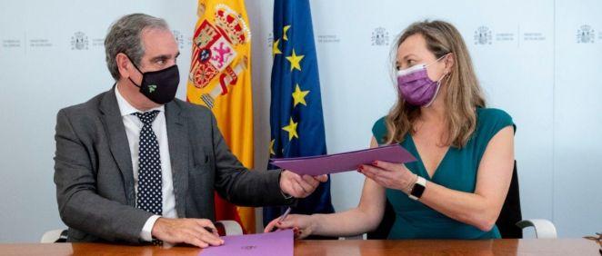 Jesús Aguilar, presidente del CGCOF, y Victoria Rosell, delegada del Gobierno contra la Violencia de Género (Foto: M. Igualdad)
