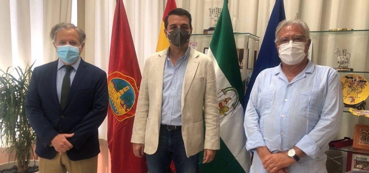 El alcalde de Córdoba, José María Bellido (centro), junto al presidente de la GMU, Salvador Fuentes (izda.), y el presidente en funciones del Colegio de Enfermería de Córdoba, Enrique Castillo (Foto. Colegio de Enfermería)