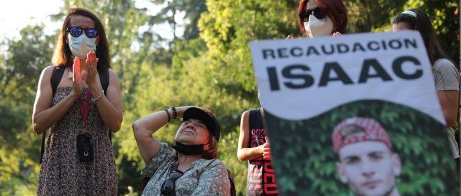 Varias personas participan en un homenaje a Isaac. (Foto. Isabel Infantes Europa Press)